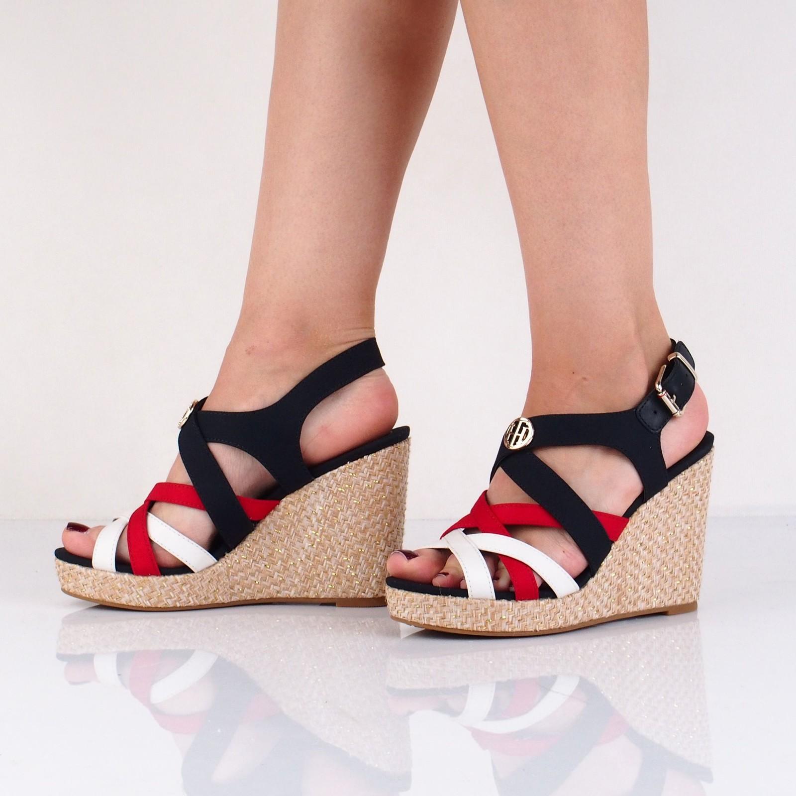 Tommy Hilfiger dámske štýlové sandále na klinovej podrážke - viacfarebné